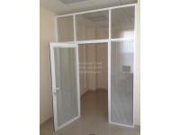 Алюминиевые двери с двойным стеклом и жалюзи