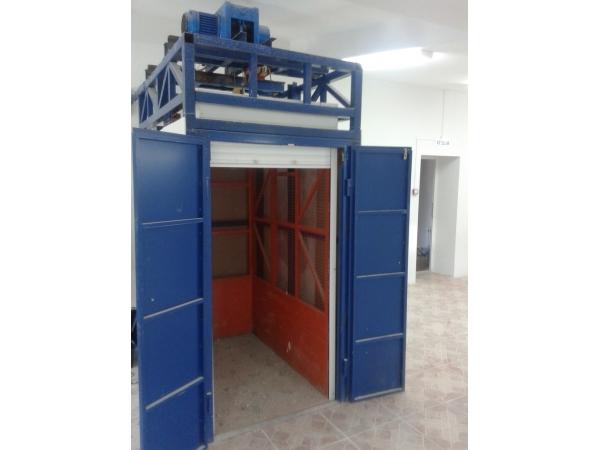 Шахтный грузовой подъемник для склада