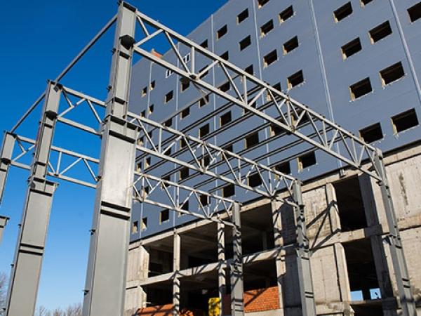 Металлические колонны здания