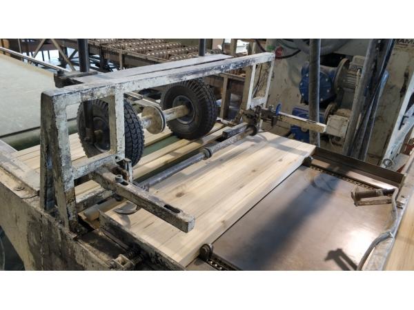 Механизм подачи среднего слоя паркетной доски с приводным транспортеро
