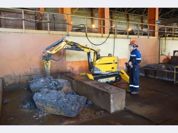 В медеплавильном цехе Уралэлектромеди разделкой шлака занимается робот-разрушитель